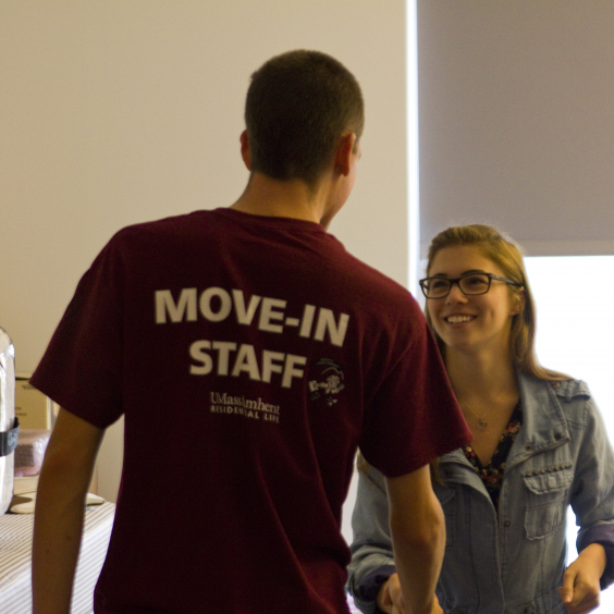 Move in Staff Helps a New Student Move in